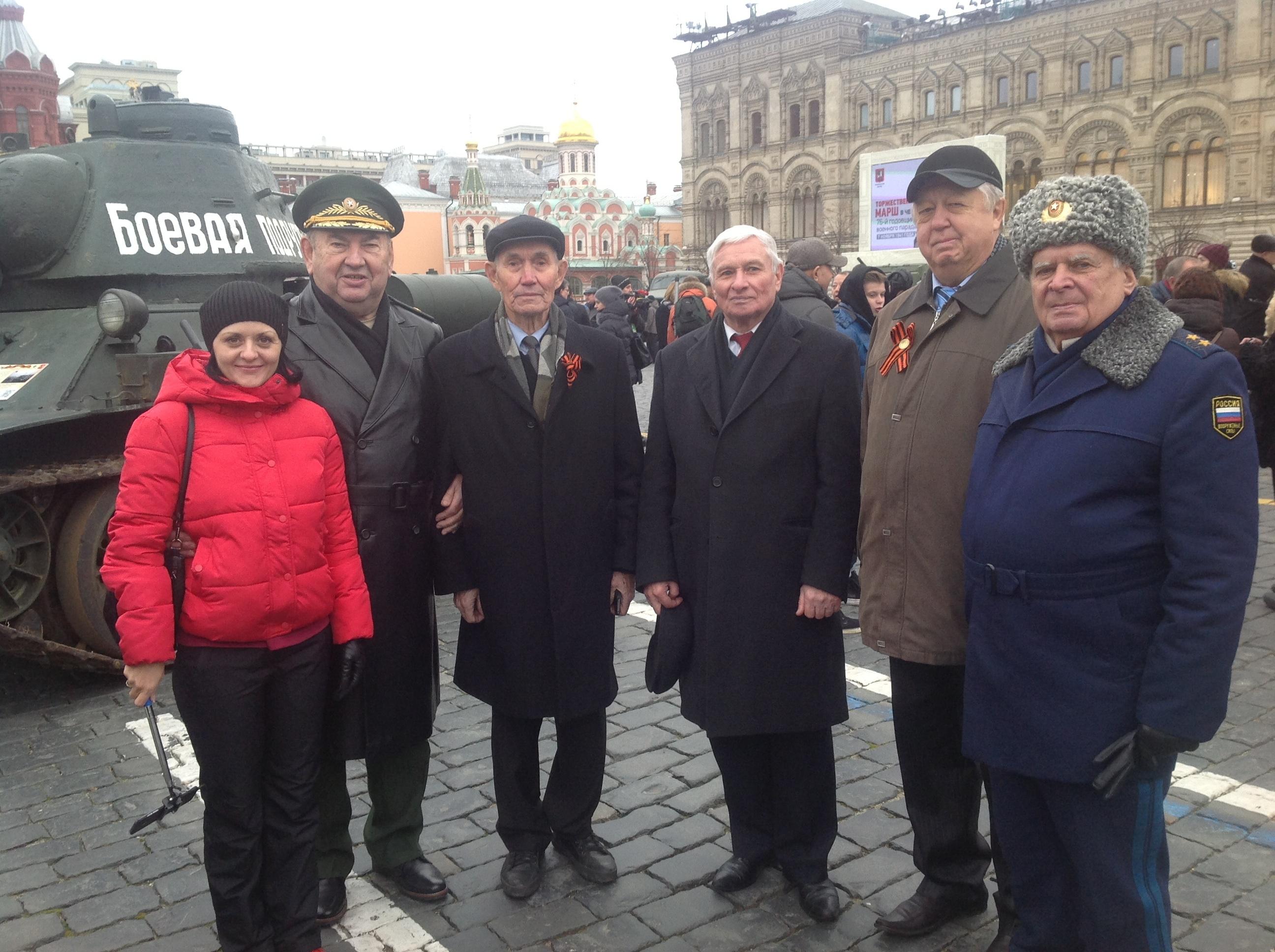 Каждый год 7 ноября на Красной площади проводится военный парад войск Московского гарнизона 7 ноября 1941 года